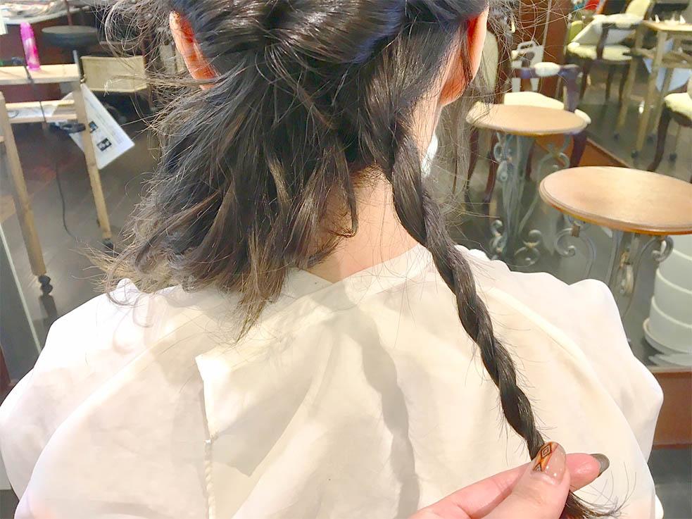 3.襟足の髪を右下でロープ編みにし、左耳横でピニング