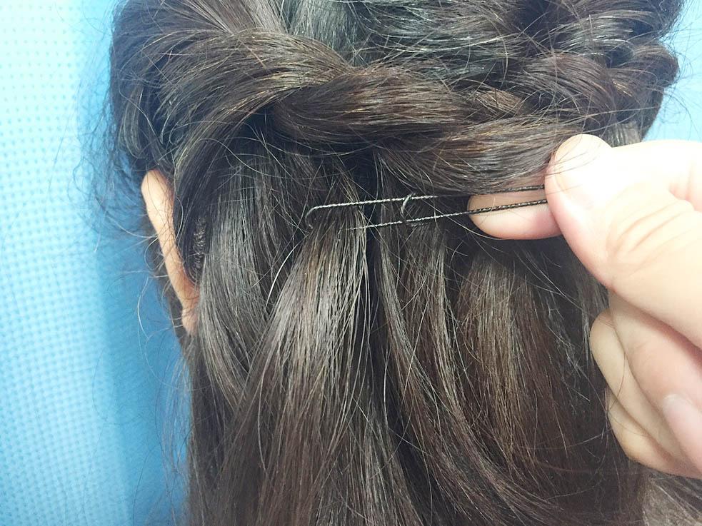 6.毛束に通したUピンを結び目のUピンに通してちょうちょ結びを作って完成