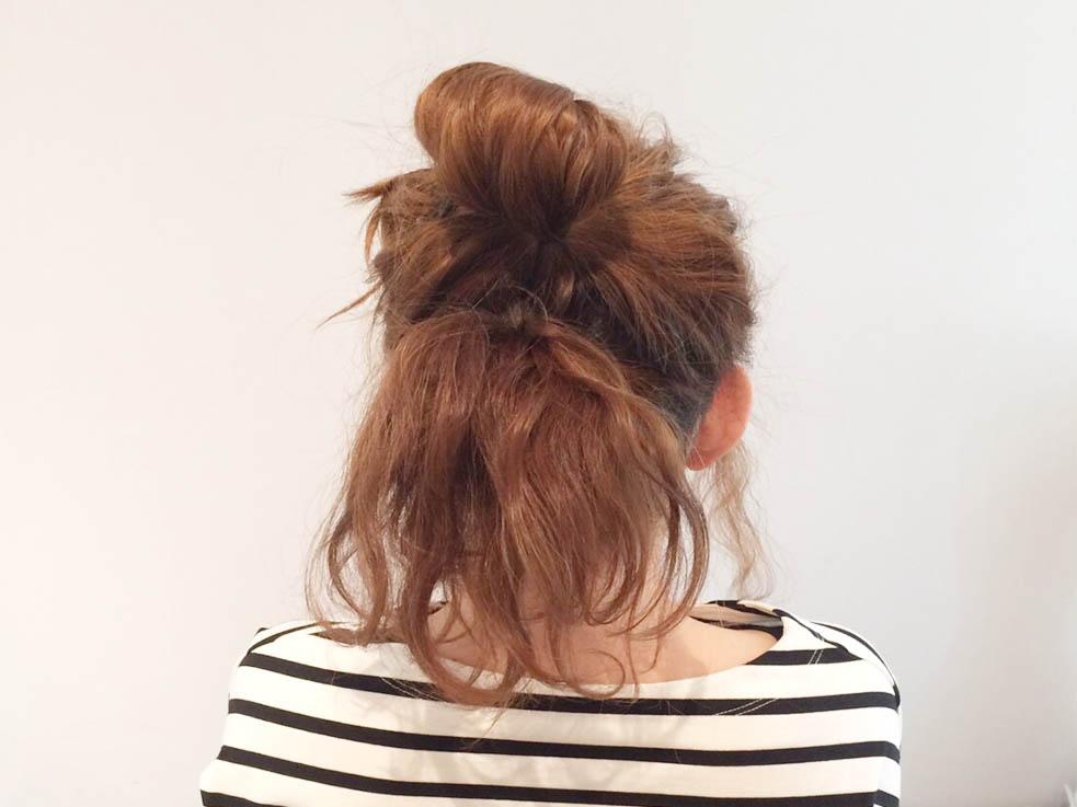 残っている髪の毛を、先ほどの結び目の下で1つに結びます