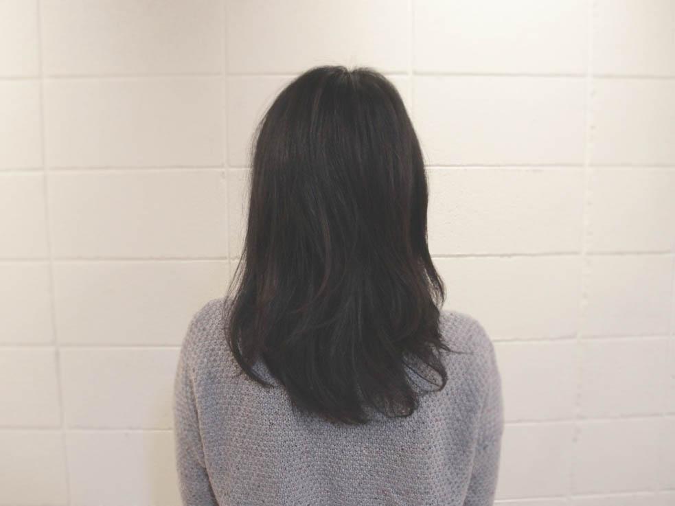 アイロンで軽く毛先にカールを付けて、柔らかいワックスを揉み込んでおきます