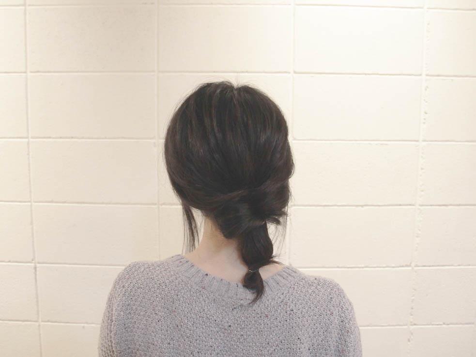 先ほど結んだ毛束を2~3回ねじり、毛先を輪っかにしてヘアゴムで結びます