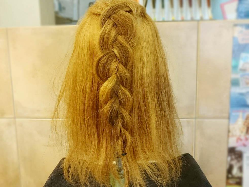 トップの髪を取って、毛先まで編み込みにします