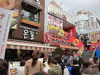 駅周辺はK-POPファンが集まる韓国街