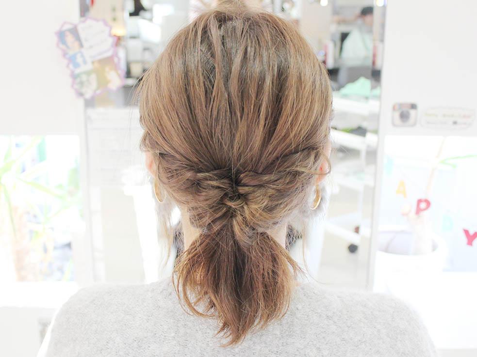 ねじった毛束の先を、くるりんぱした髪に入れ込んだら完成です