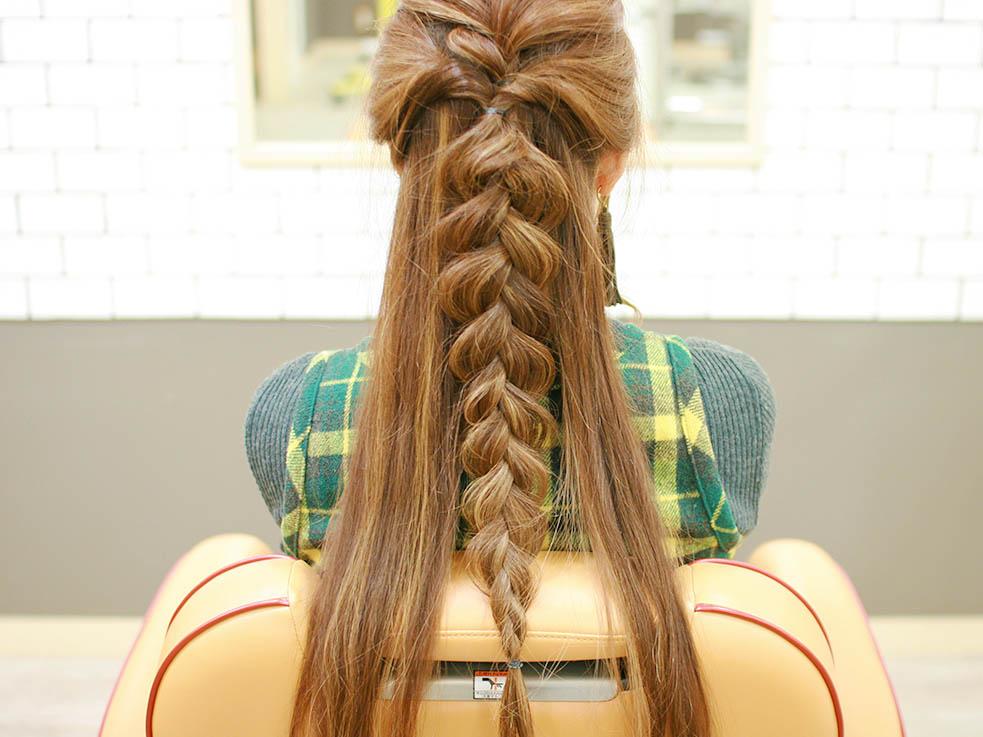 ④手順①とくるりんぱの毛先を合わせて、三つ編みにしていきます。