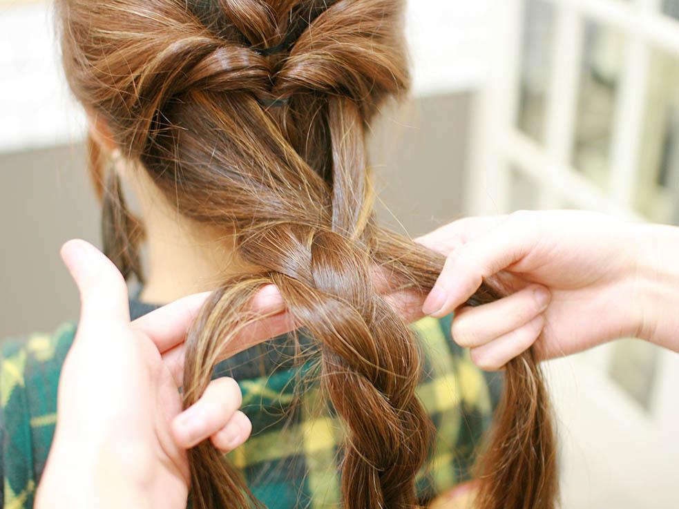 ⑤残っている髪を左右2つに分け、三つ編みの毛束と一緒に三つ編みにします。