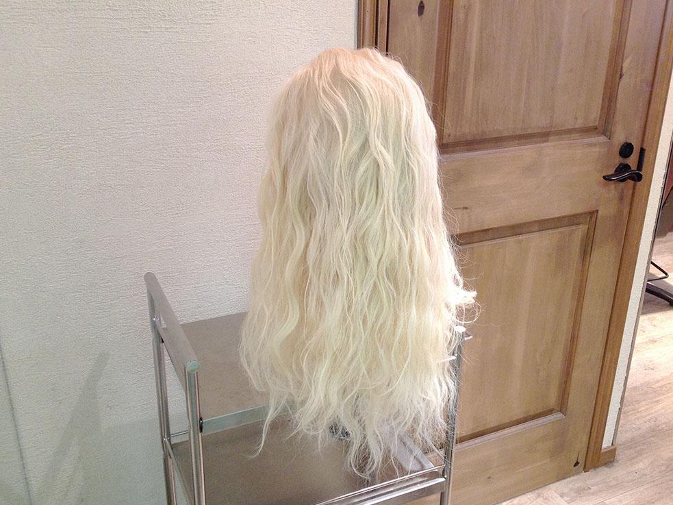 ①髪全体をゆるめに巻いておきます。