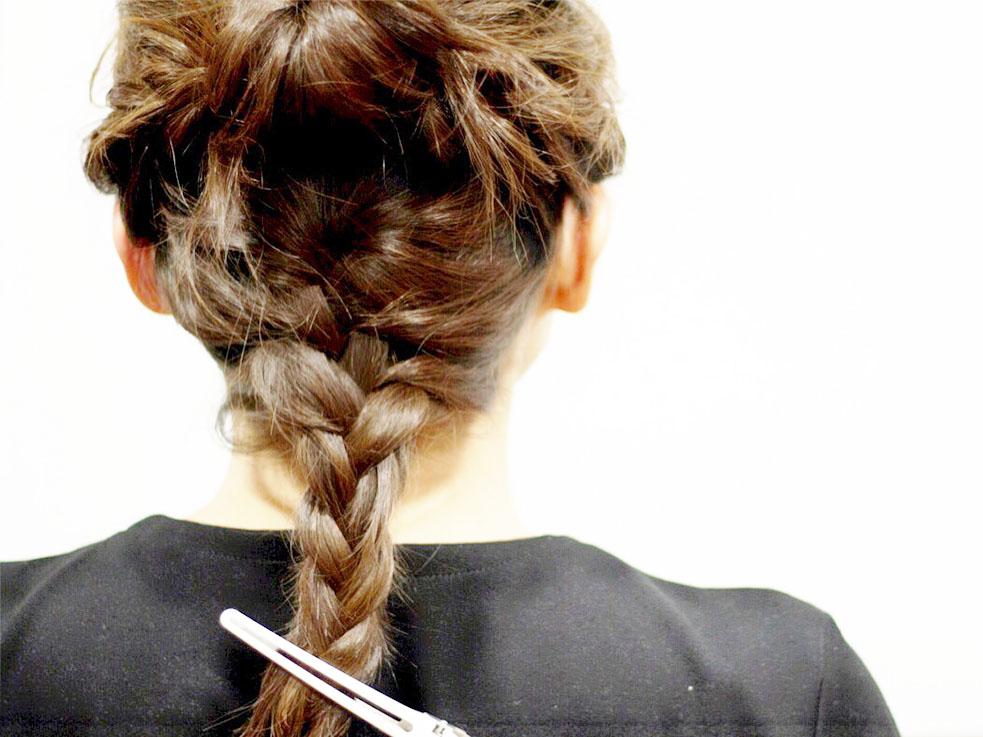 ③残っている襟足の髪を編み込みにしていきます。