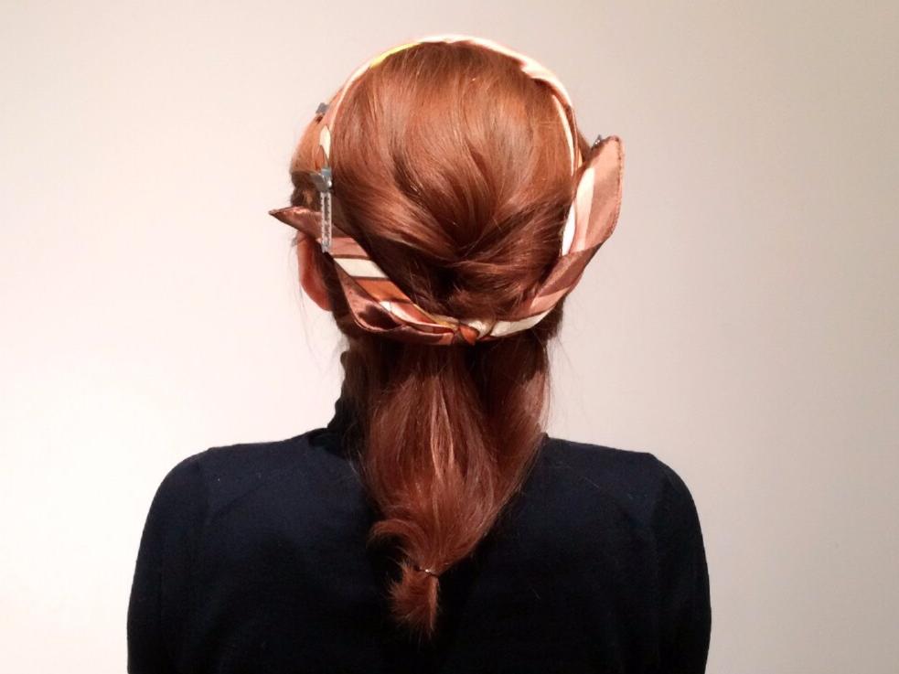 不器用さんでもOK!スカーフを使った簡単ゆるアップヘアのやり方
