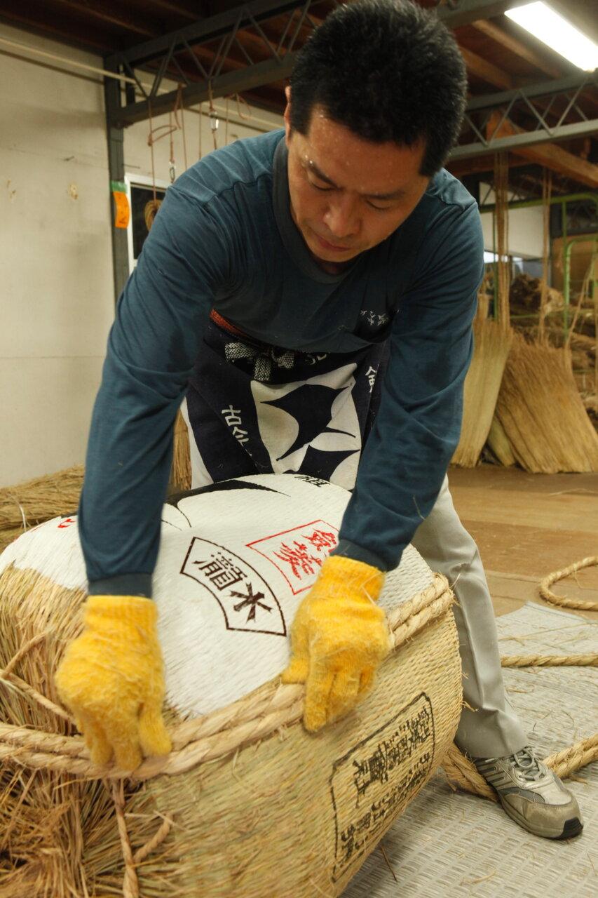 酒造りの伝統と文化を継承するため、樽製品を縛っていた縄をビニールから藁へ