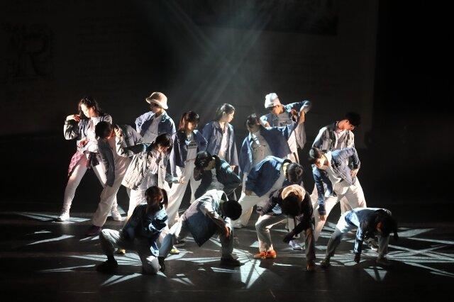 ダンスレッスン体験を支援するクラーク記念国祭高等学校の生徒たち