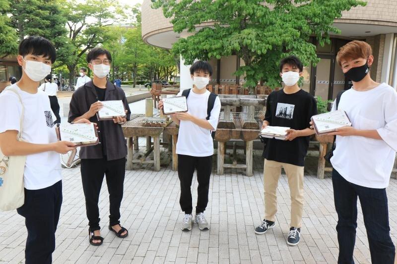 お弁当を受け取った学生たち
