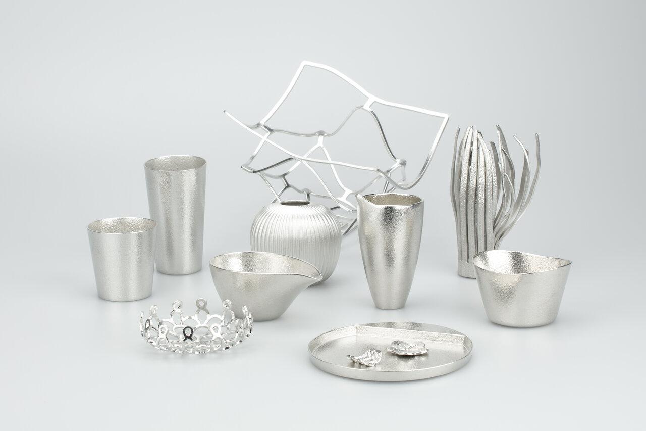 能作の錫製品。酒器やカップ、箸置などが多い。