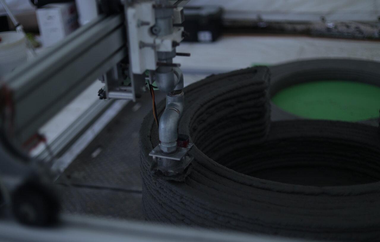 Polyuse製の建設用3Dプリンタ「ASHIGARU」による円柱型集水桝の造形試験風景