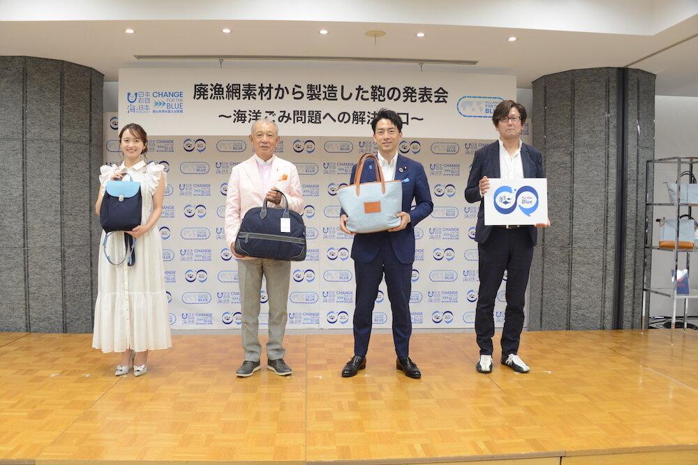 集合写真(左から鉢嶺氏、笹川、小泉大臣、由利理事長)