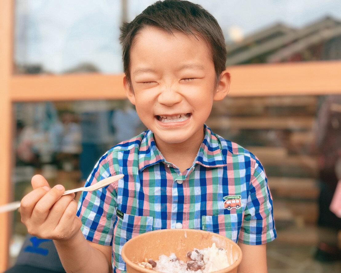 開所日にかき氷を食べる子供