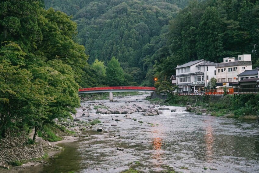 まちのすぐ隣を流れる巴川