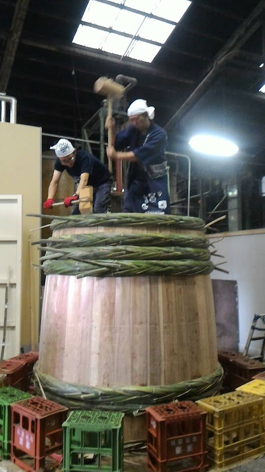 竹を編み込んだ箍(たが)で締める