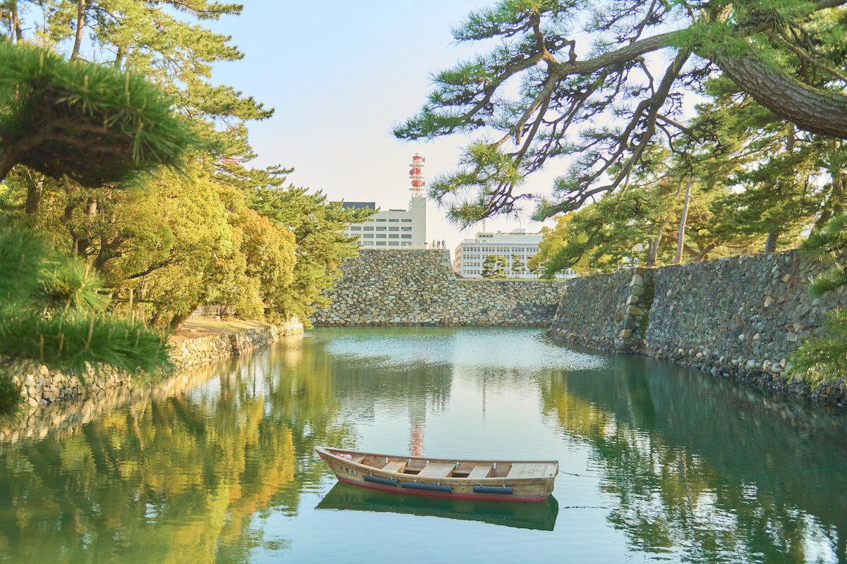 高松城跡のお堀と高松市内