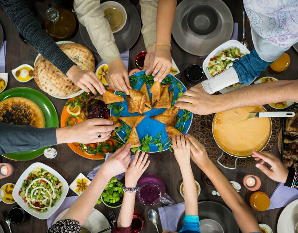 お皿に手を伸ばす人たち