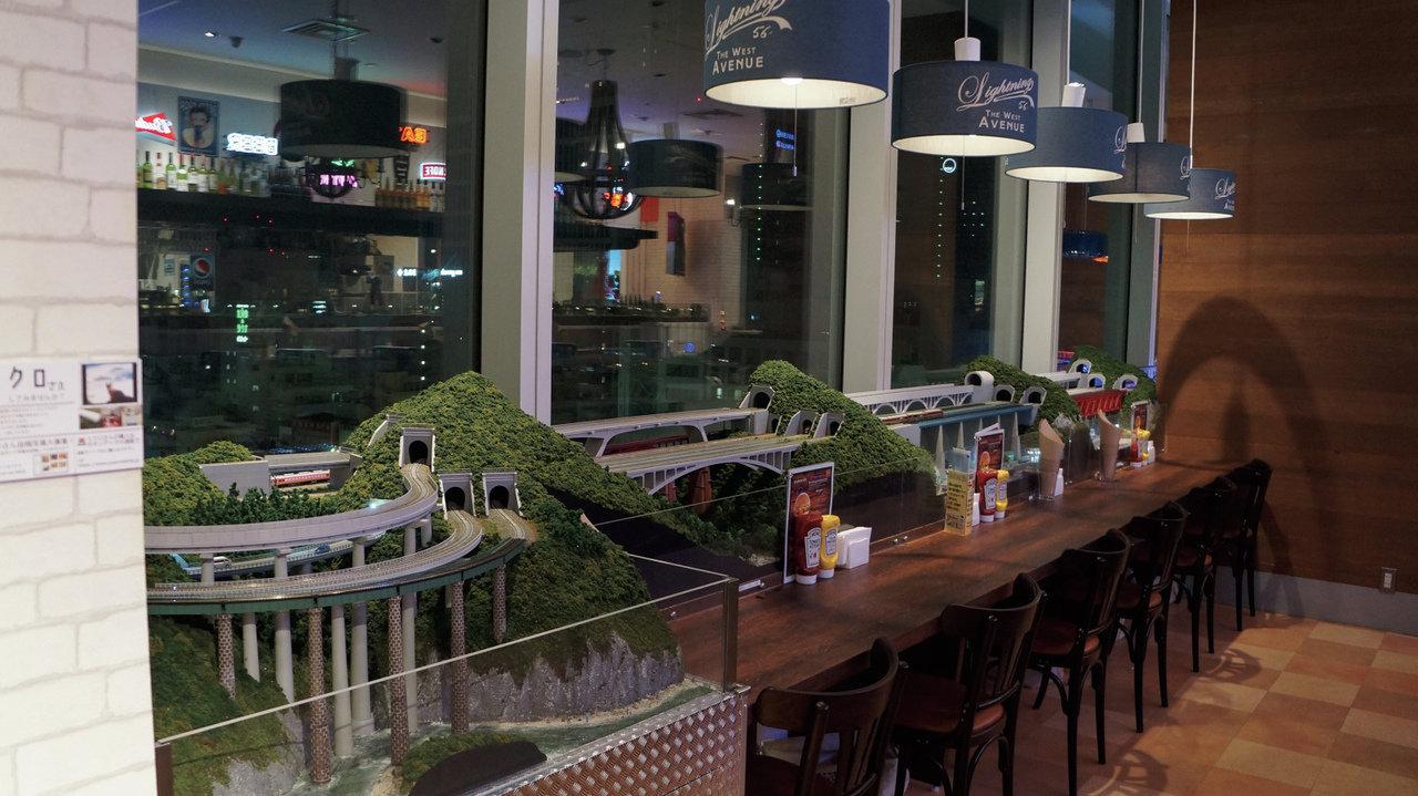 [レストラン]窓の外も電車、店内も電車… まさに電車づくしなハンバーガー屋