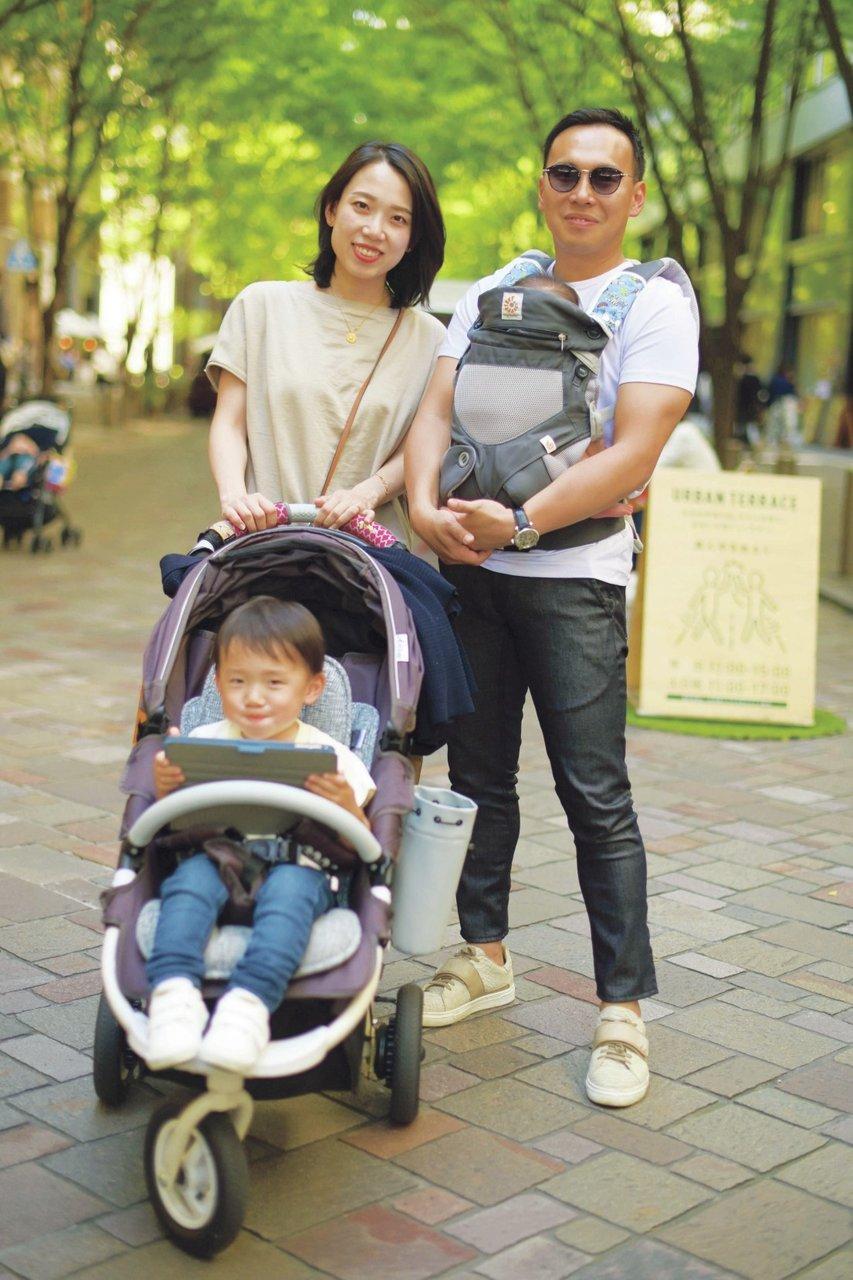 [ファッション]親子スナップ:小物でアクセントをつけたシンプルTスタイル