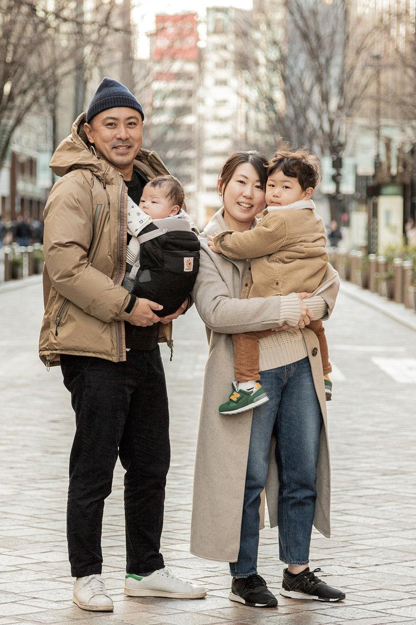 [SNAP]東京・丸の内の親子スナップ「パパの白スニーカーは、週末のマストアイテムです!」