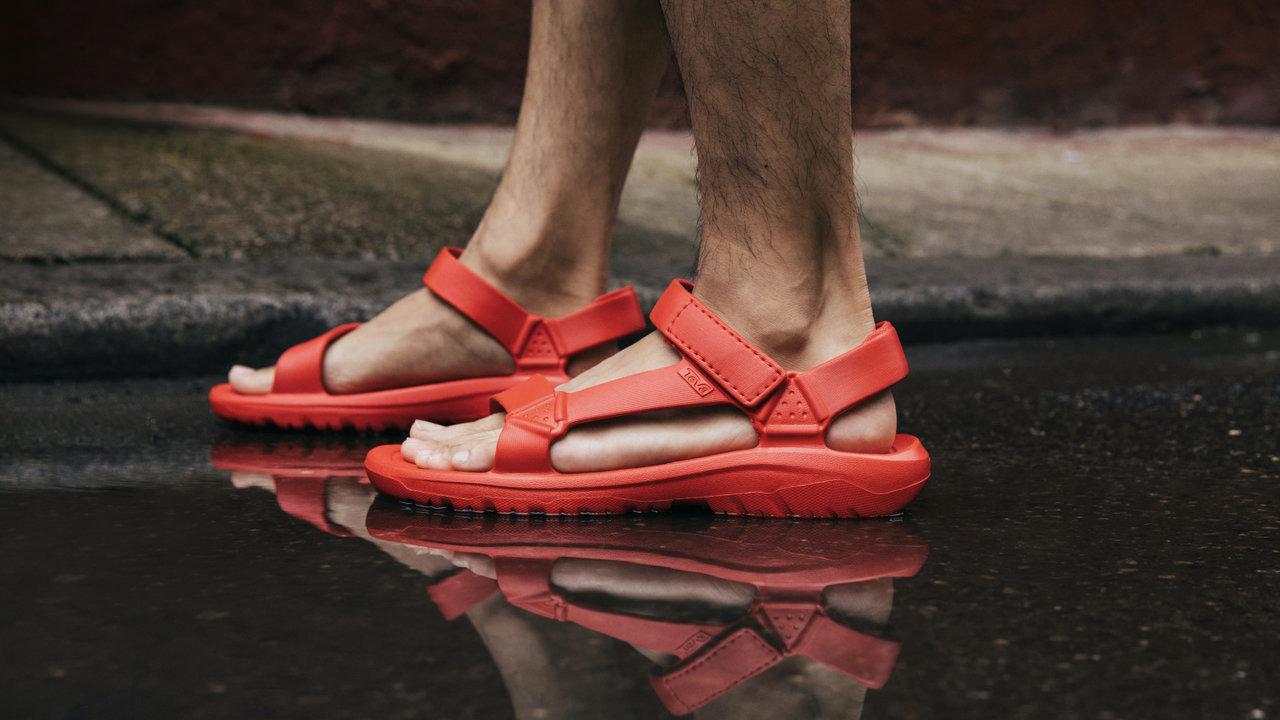 軽くて歩きやすくて機能的!梅雨から夏に向けておすすめなTevaの雨に濡れてもすぐに乾くサンダル