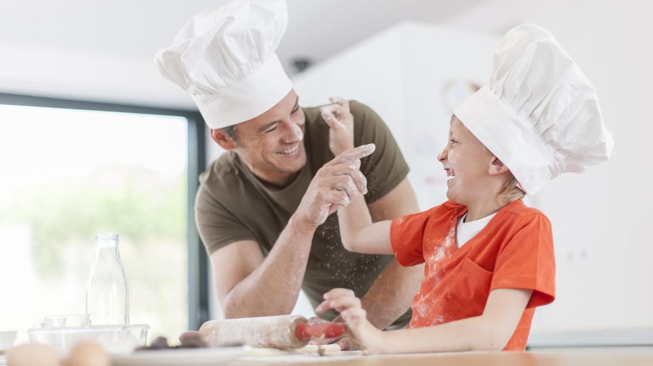 パパと一緒にクッキング!夏の新定番、火を使わずに流水解凍でOK「冷し餃子」のアレンジレシピ