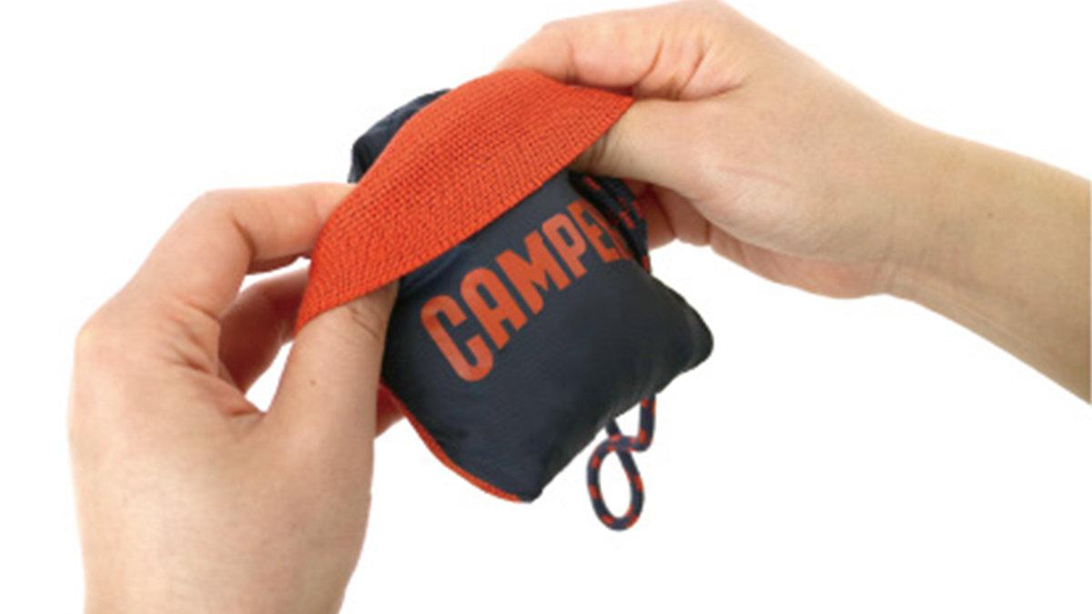 コンビニやスーパーでビニール袋有料化の中、素材も使い方もサステナブルな携帯バッグ