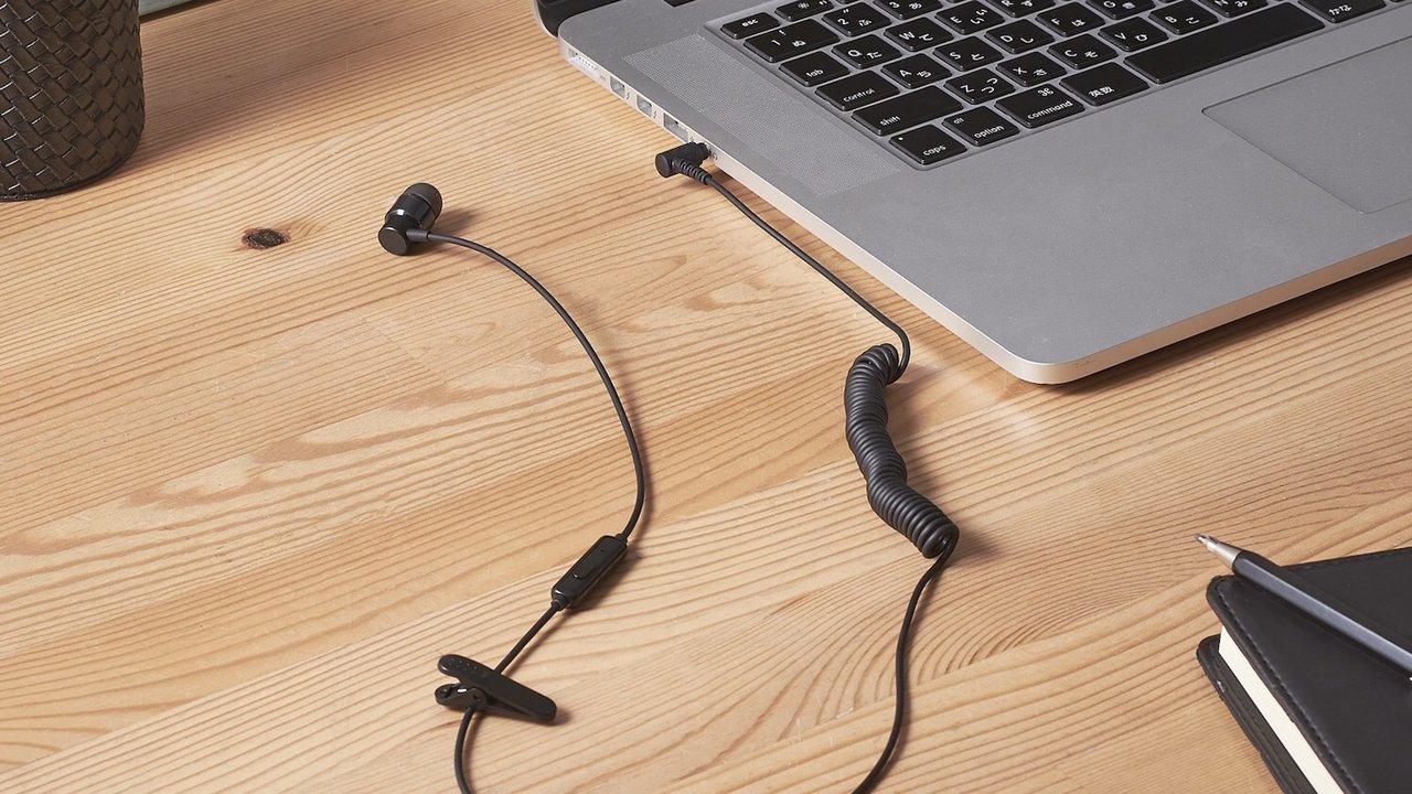 カールコードで取り回しスムーズ!便利な片耳タイプのマイク付きイヤホンでテレワーク革命