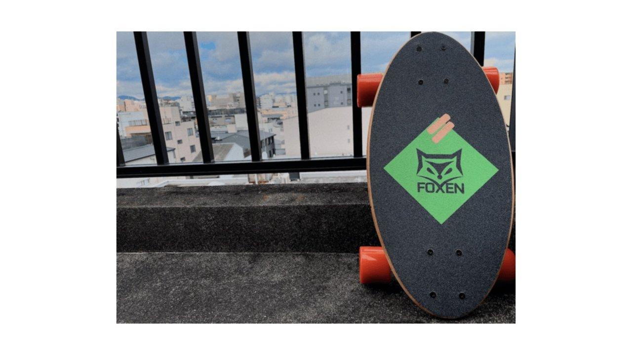 コンパクトスケートボード「FOXEN」は、リュックにも入る極小サイズ