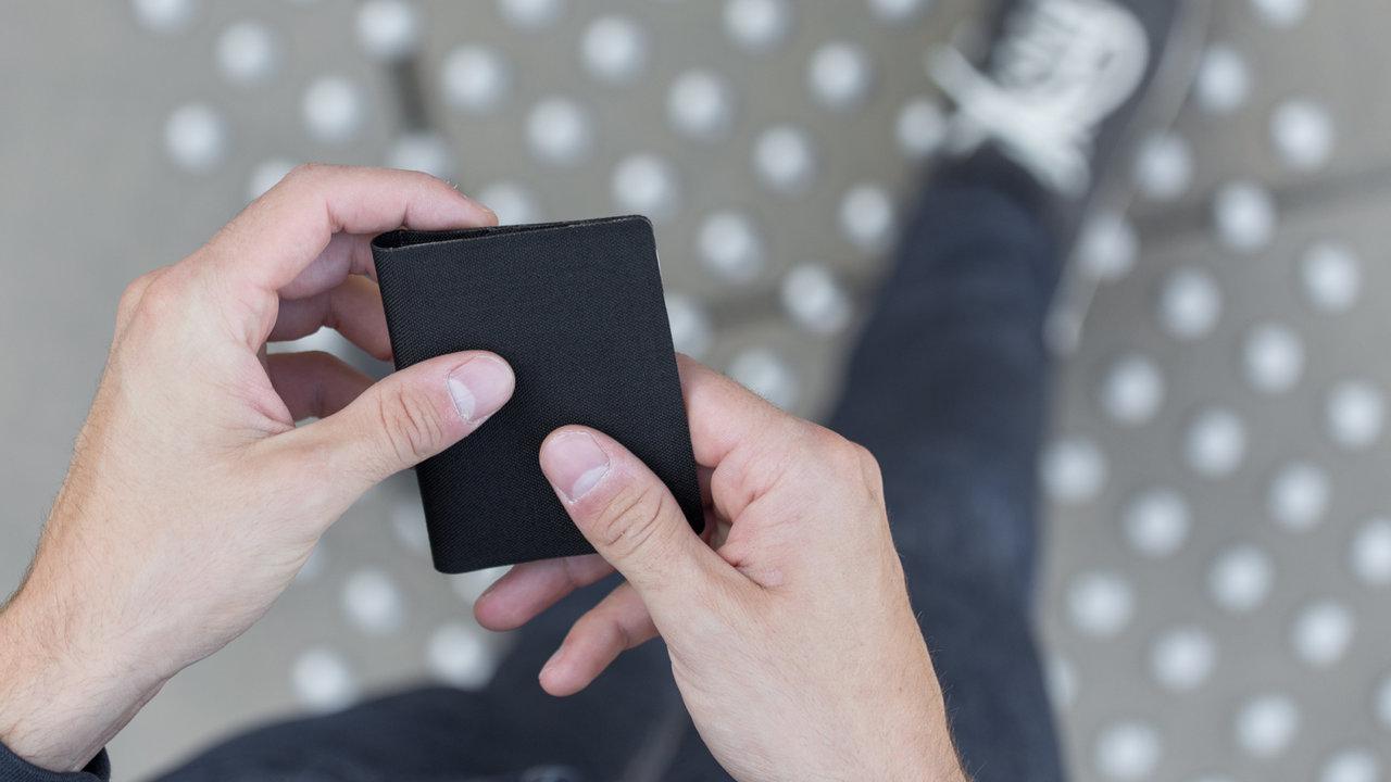 わずか7mmでカード10枚収納可能なフランス発ミニマル財布「Wramer」が予約開始!