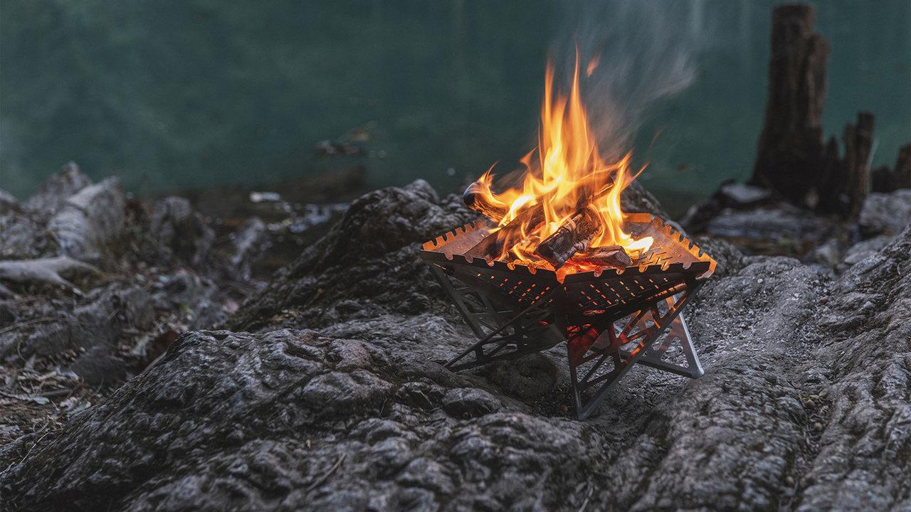 キャンプのマストアイテム!大人の遊び心に応える組み立て式焚き火スタンド