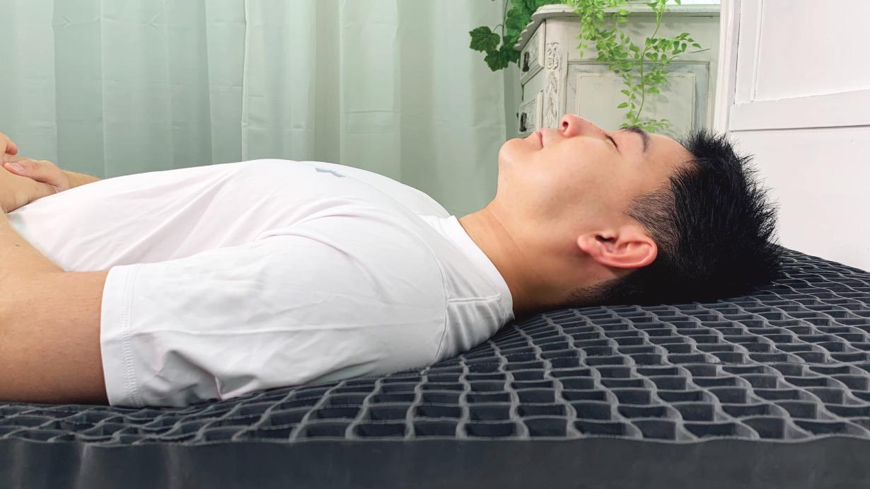 二層構造で体を包み込む「ヒツジのいらないマットレス」で、どんな寝床も贅沢な空間に