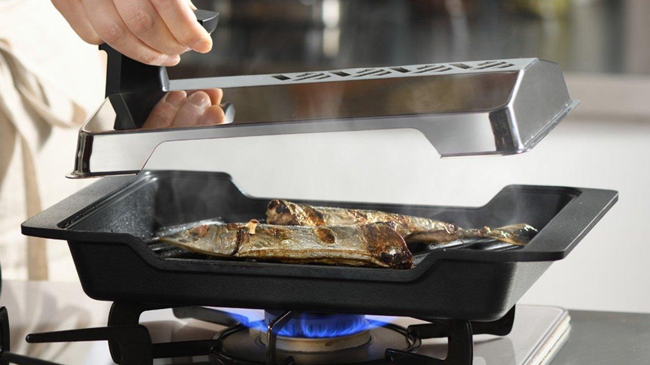 ふっくらジューシー!おうちで炭火焼きを再現できる炭プレートの「魚焼き器」