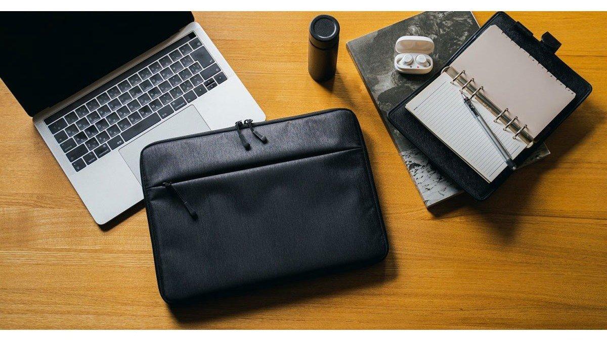 MacBook専用!スマートながら耐衝撃に優れたパソコンケースで、雨の季節の持ち運びも安心