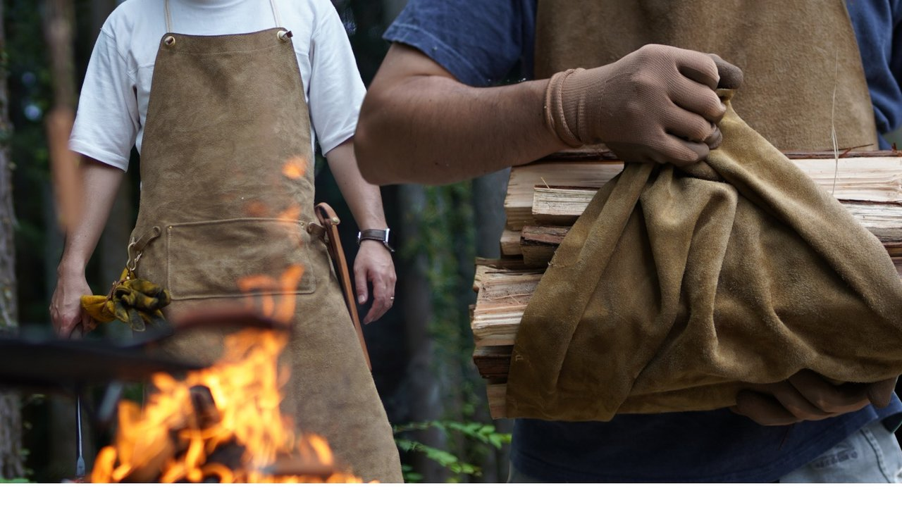 汚れや傷こそ味になる。一枚革を贅沢に使用したエプロンはキャンプの必需品