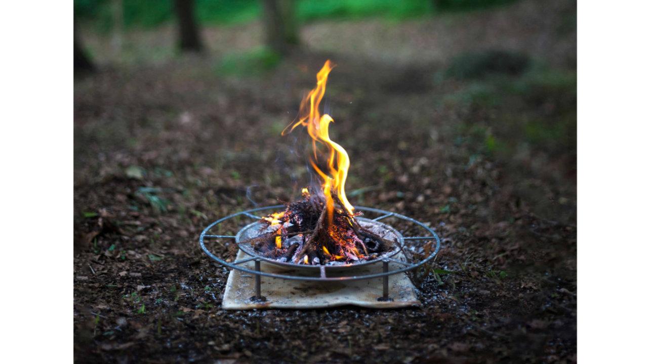 直火に近い高さ!足元の温かさを追求した焚火台「ジカビ スタンダードM」