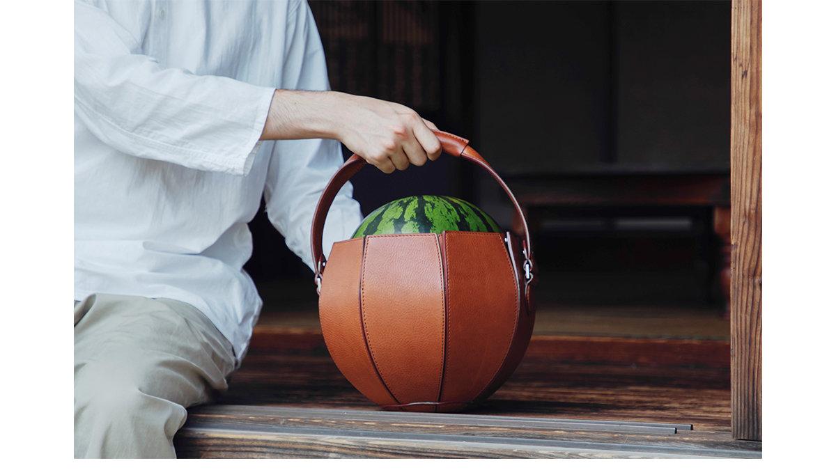 これイイかも!フルレザーのスイカ専用バッグで、夏の風物詩をスタイリッシュに持ち運ぼう