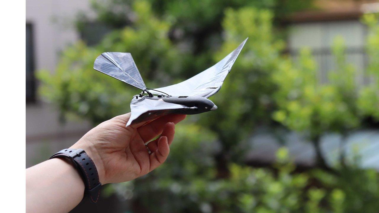 鳥を自在に飛ばせる時代⁉︎スマホで操作できるリアル鳥型ドローン