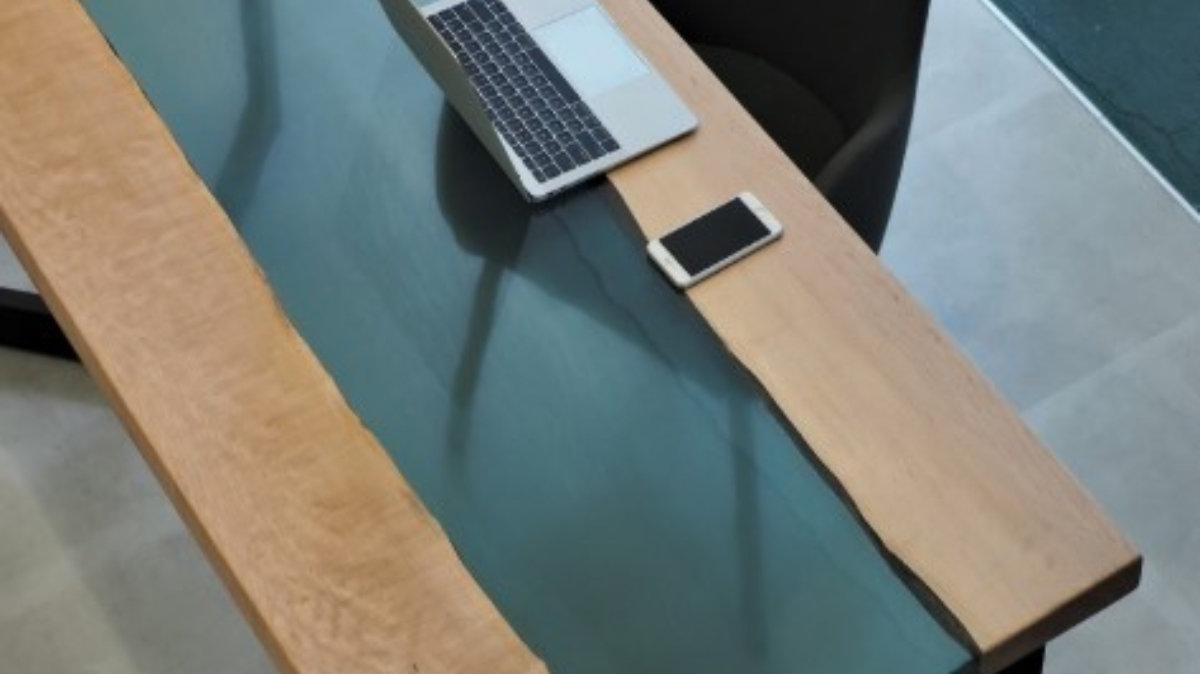 天然木×高級レジン。コントラストが美しい「MURUI」のリバーテーブル