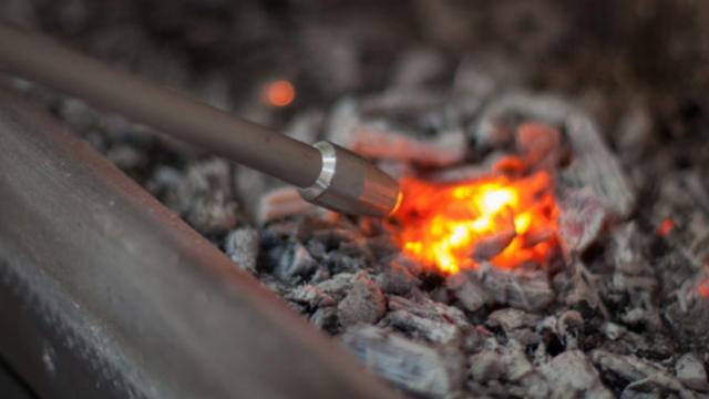 【MADUROセレクション】9月はキャンプ!焚き火を愛するキャンパーに、ドイツ製火吹き棒「ファイヤーブラスター60」