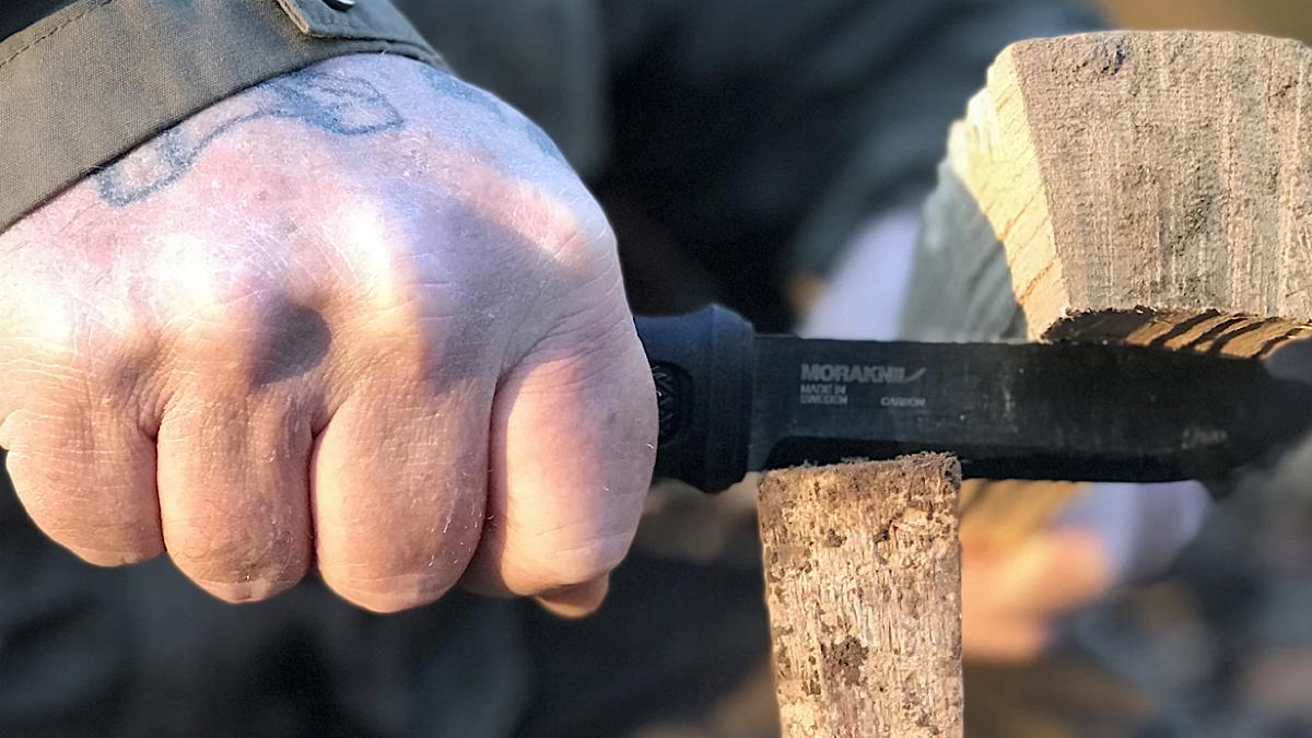 薪割りも余裕な男のナイフ「モーラナイフ ガーバーグ ブラックカーボン レザーシース」【MADUROセレクション】