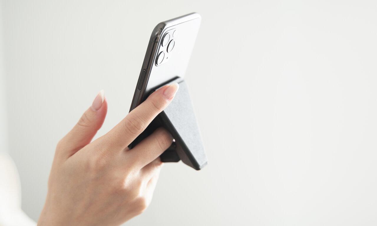 これでもう、スマホが落ちる心配なし。iPhone13にも使える手持ち用グリップスタンド「beak」