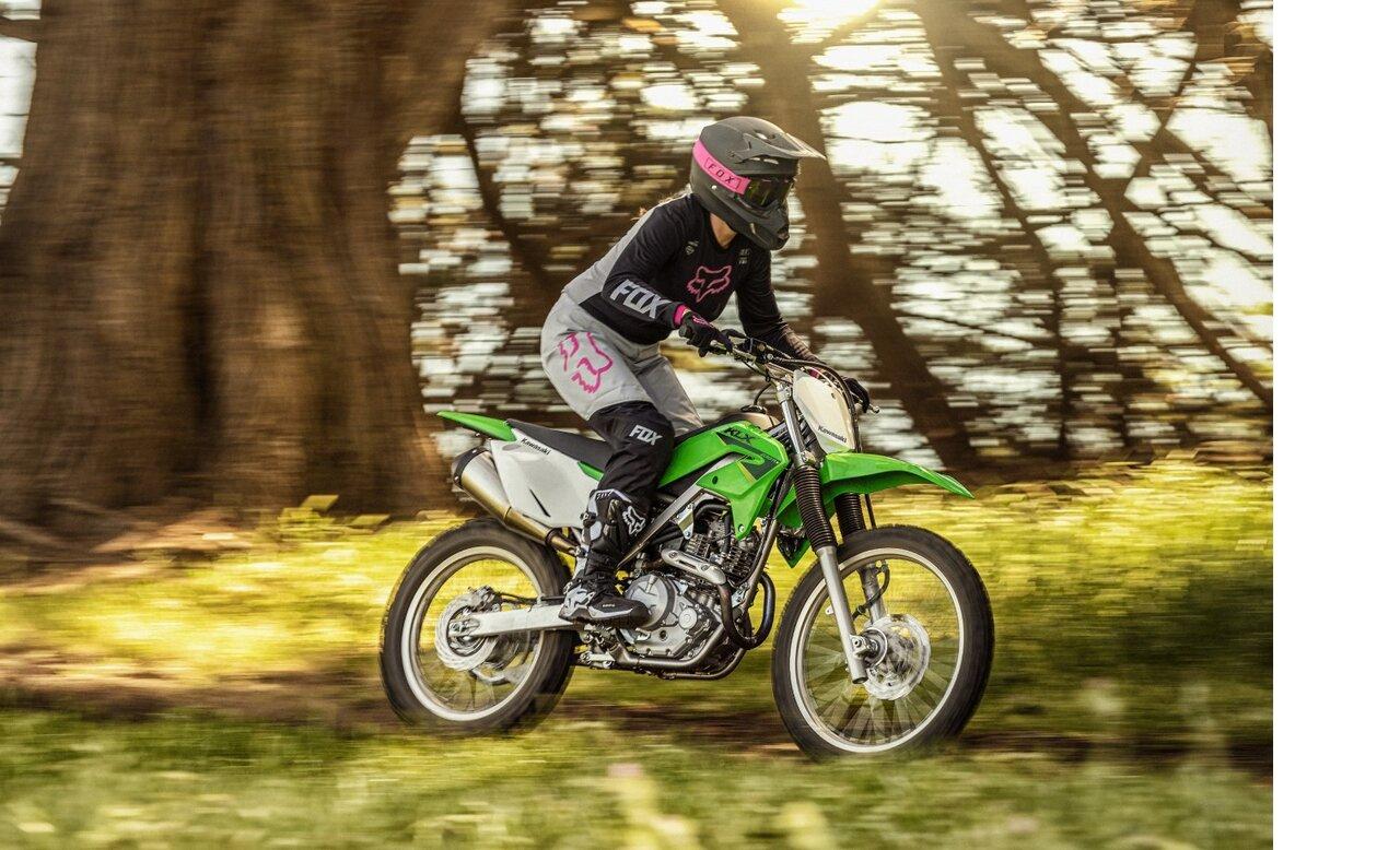 オフロードライディングを楽しむ全てのライダーに!足つき性を高めたカワサキバイク「KLX230R S」