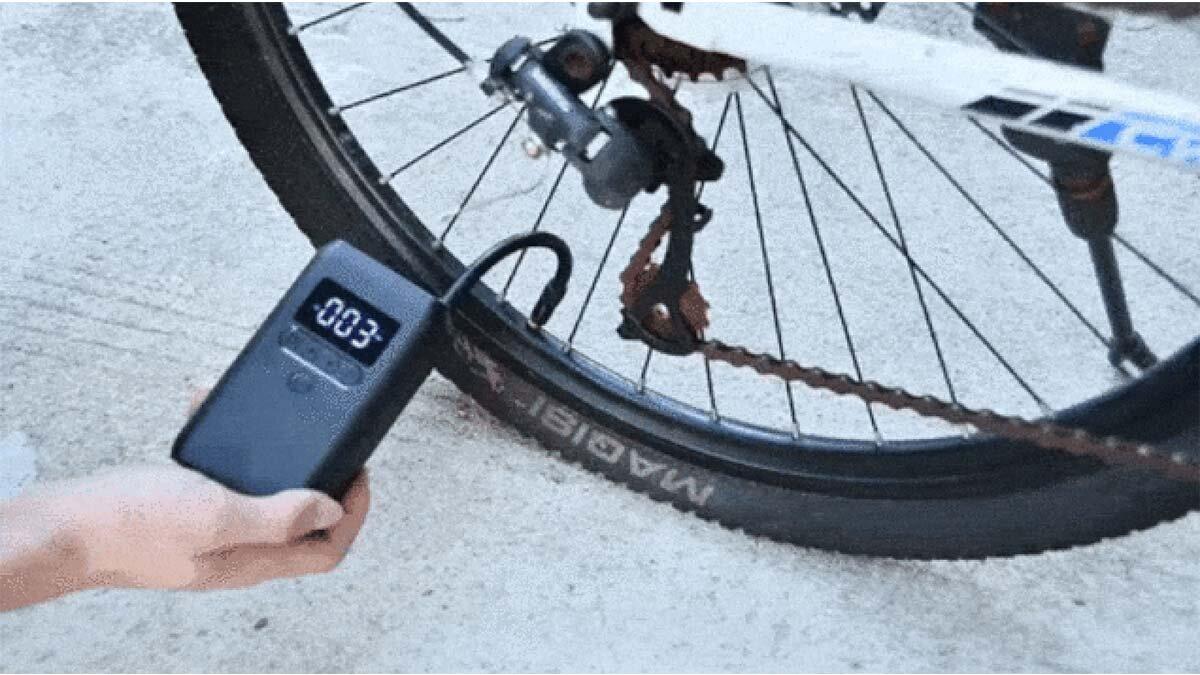 タイヤの空気圧チェックから空気入れまで自動でできる!LEDライトとモバイルバッテリーにもなる超軽量「コードレス電動空気入れ」