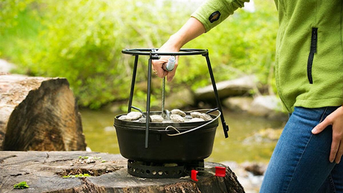 キャンプ飯を愛する人に!ダッチオーブン専用ギア、キャンプメイド「リッドホルダー2.0」【MADUROセレクション】10月もキャンプ!