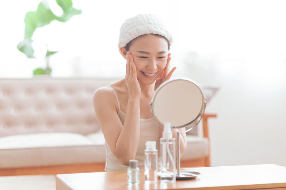 化粧水で保湿する女性