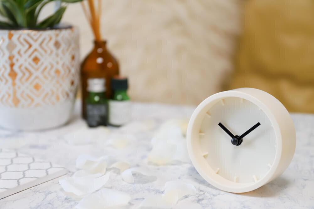 時計とアロマオイル